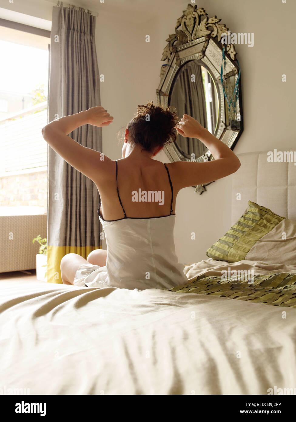 Vista posterior de la mujer estirando Imagen De Stock