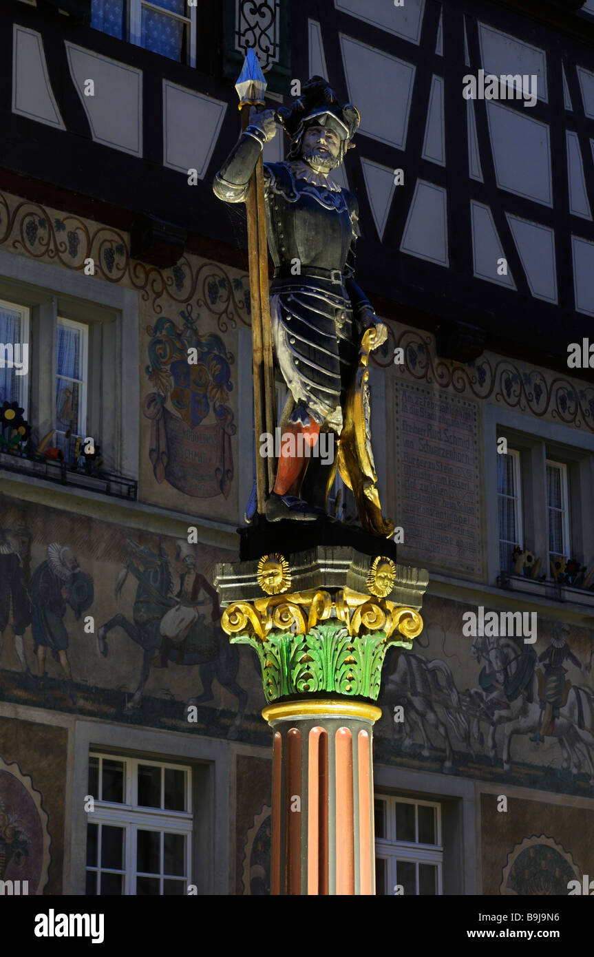 Fuente escultura de un soldado de la Confederación Suiza en el centro histórico de la ciudad de Stein am Rhein, Foto de stock