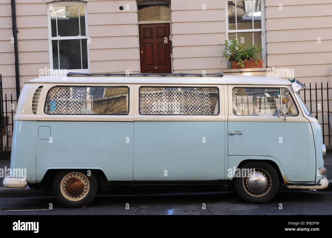 Imagen tomada de un Volkswagen camper aparcado en la calle en Londres. Foto de stock
