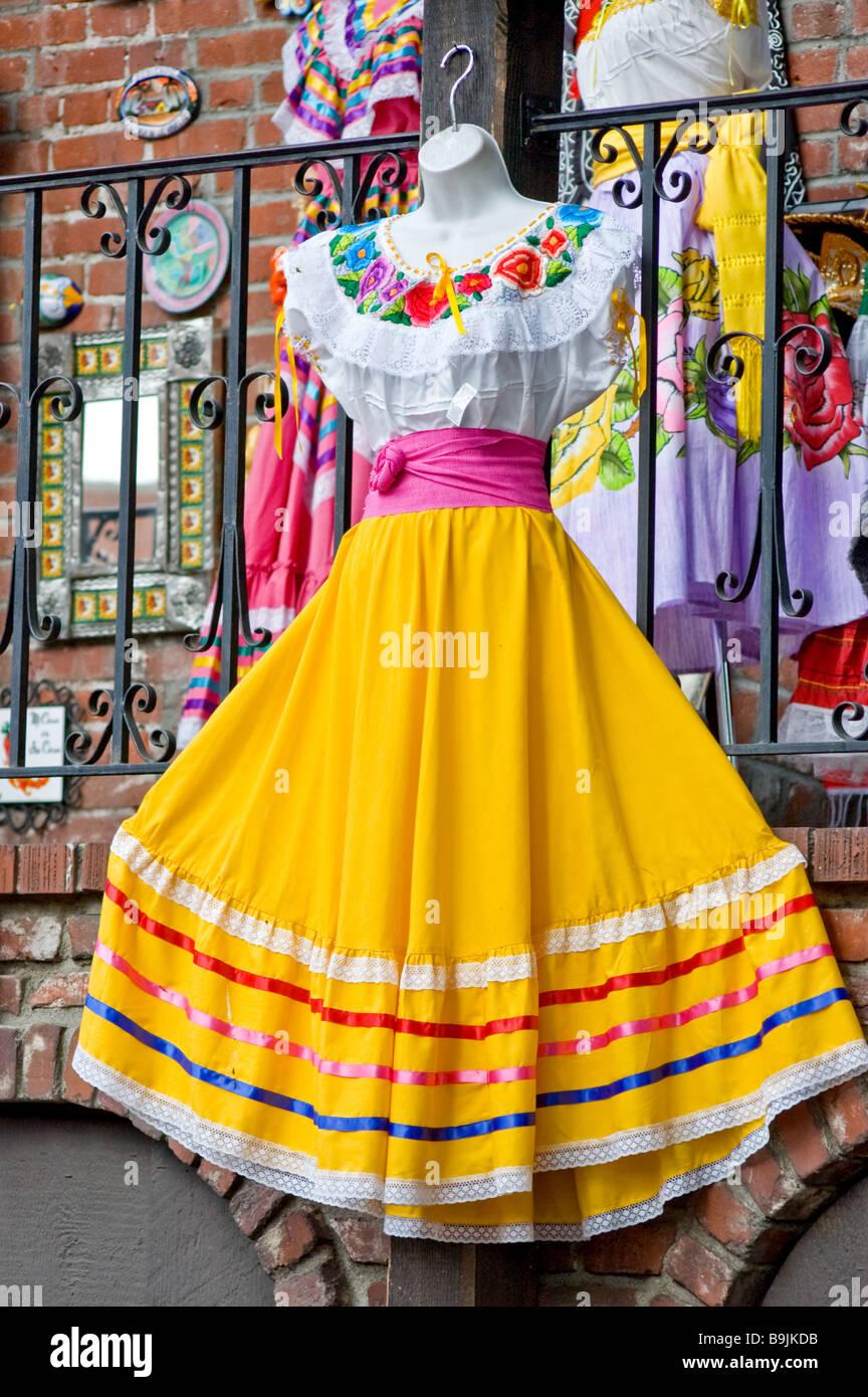 Un Campesino Mexicano Tradicional Vestido Colgando Fuera De