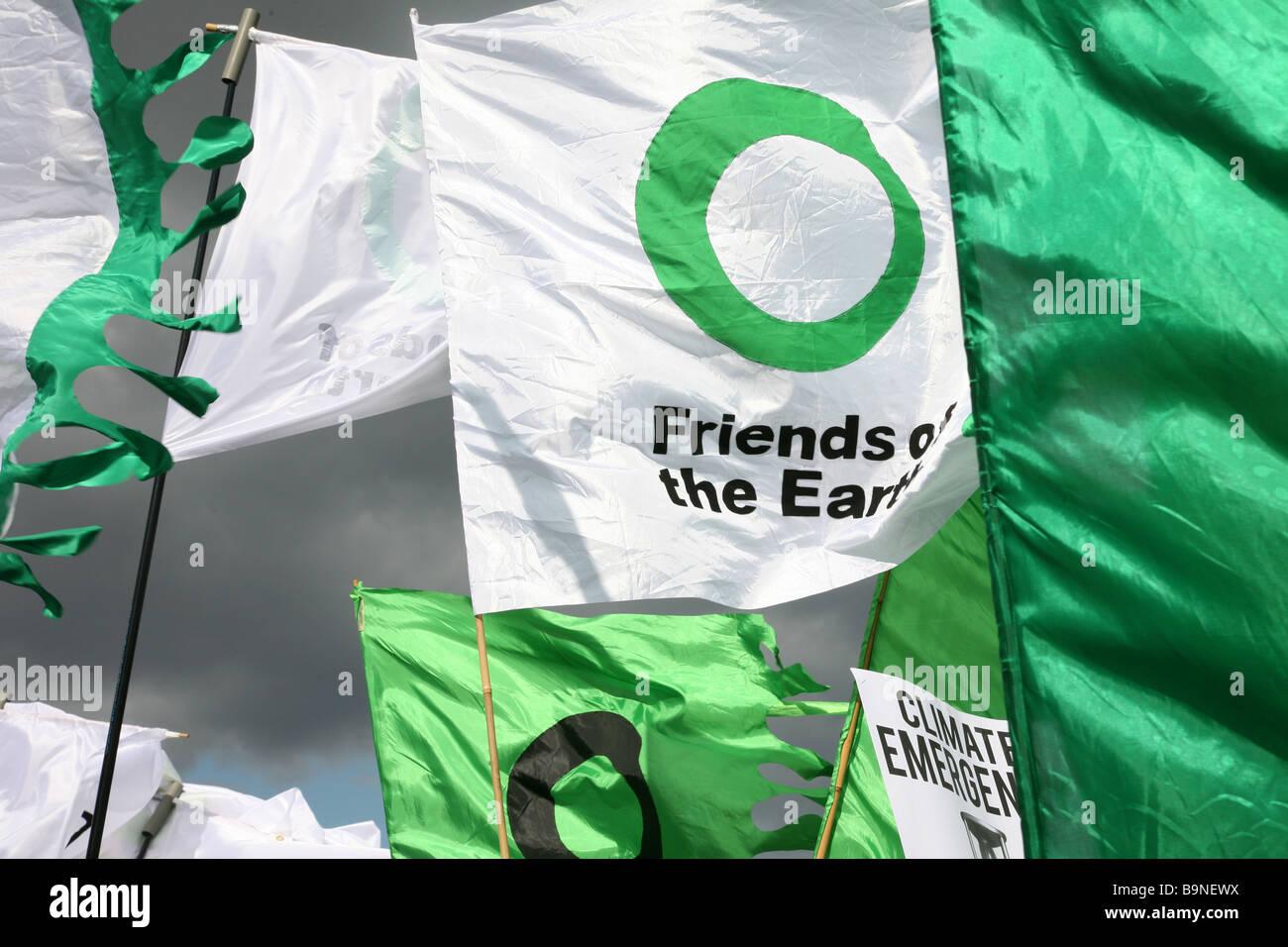 Amigos de la tierra de banderas al poner a la gente en primer lugar manifestación en Londres. Imagen De Stock