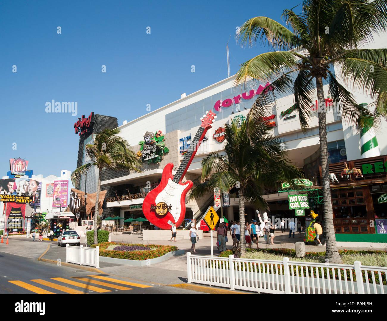 México - Yucatán Cancun zona hotelara con Hard Rock Cafe y el forum shopping mall Imagen De Stock