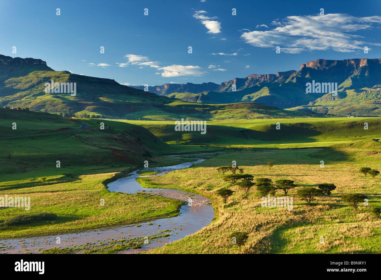 El Tugela valle con las montañas Drakensberg, KwaZulu Natal, Sudáfrica Foto de stock