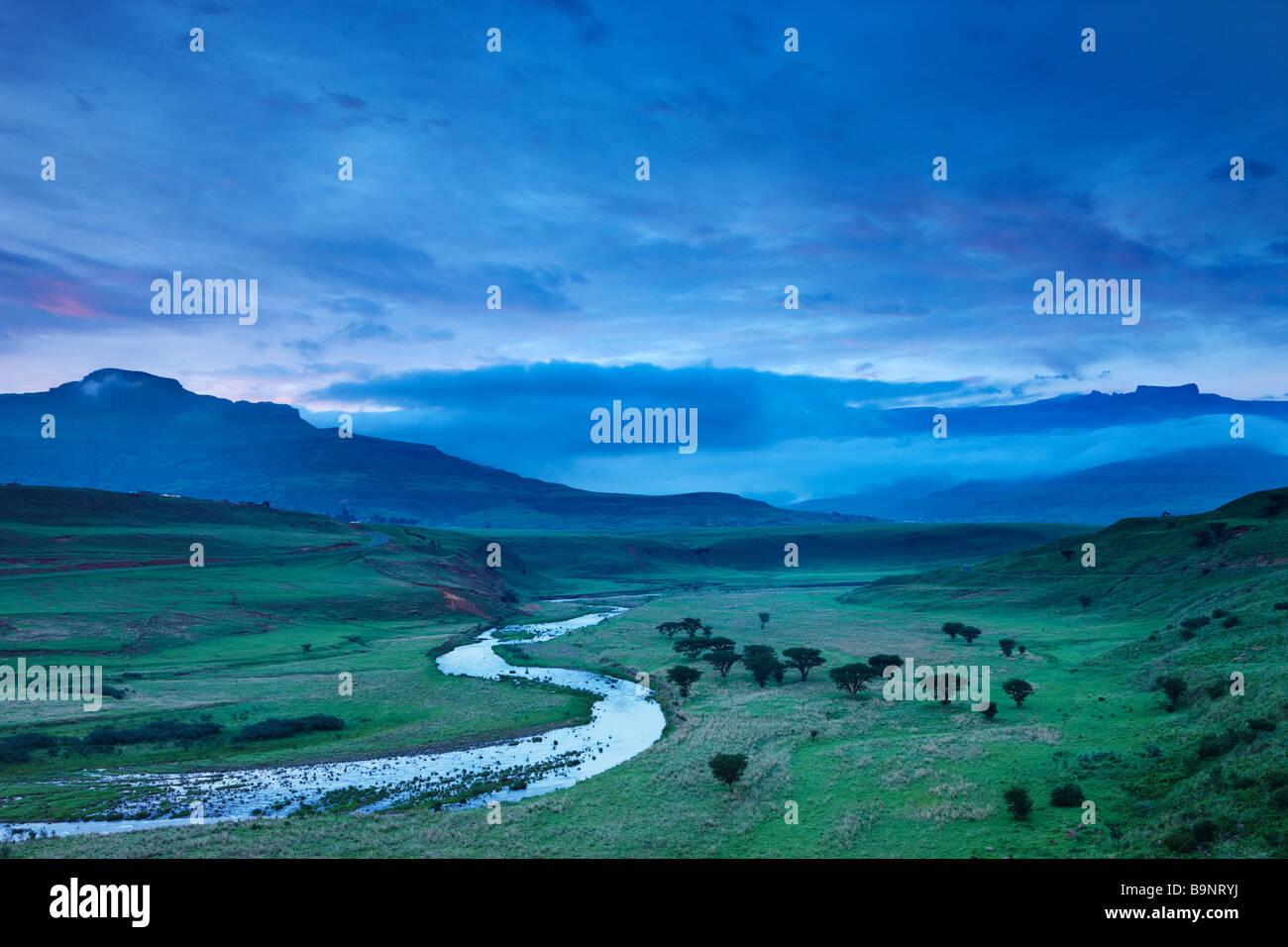 Moody un cielo nocturno sobre el Tugela valle con las montañas Drakensberg, KwaZulu Natal, Sudáfrica Foto de stock