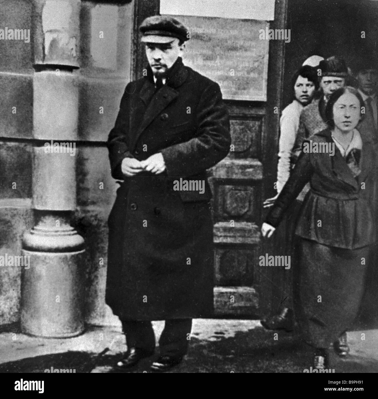 Vladimir Ulyanov Lenin con sus compañeros de armas. Imagen De Stock