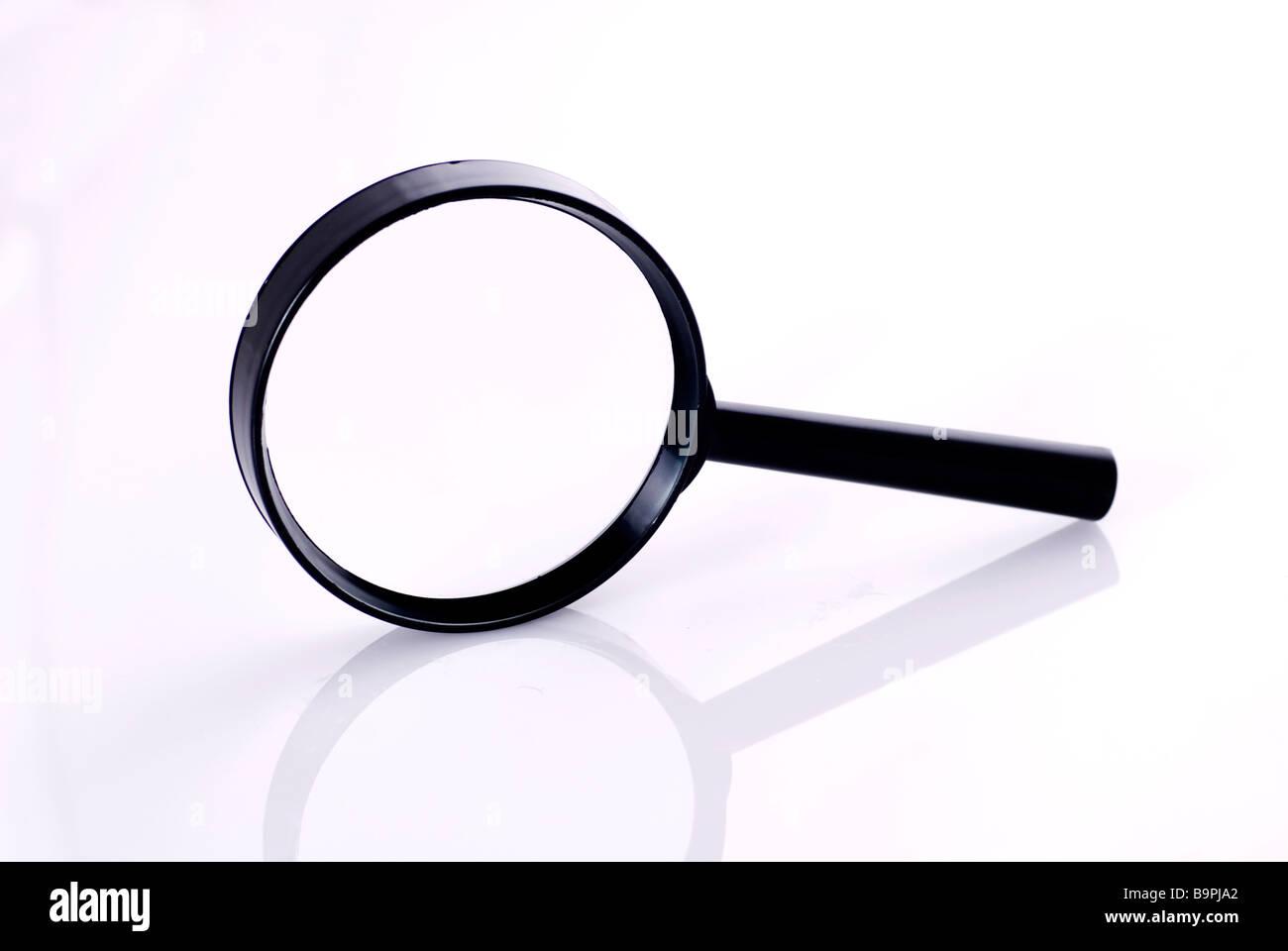 Vista lateral de una lupa sobre un fondo blanco. Imagen De Stock
