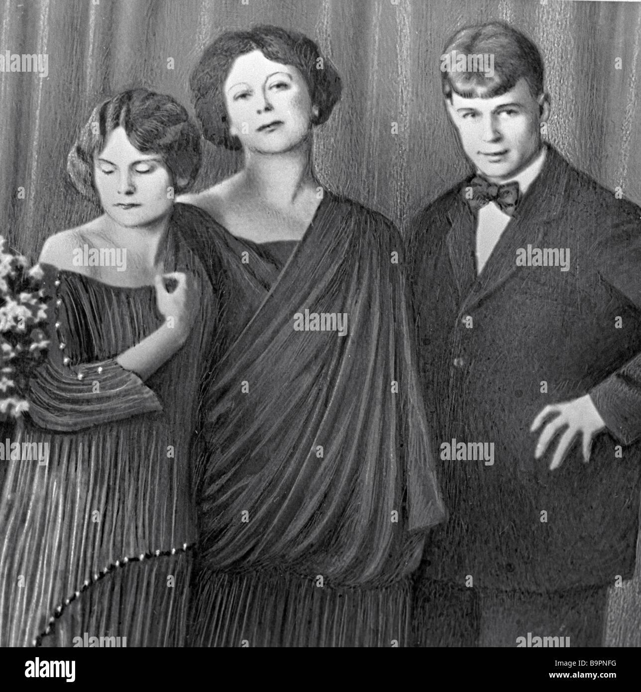 Poeta Sergei Yesenin derecha con Isadora Duncan Centre y su hija adoptada  Irma Duncan dejó Fotografía de stock - Alamy