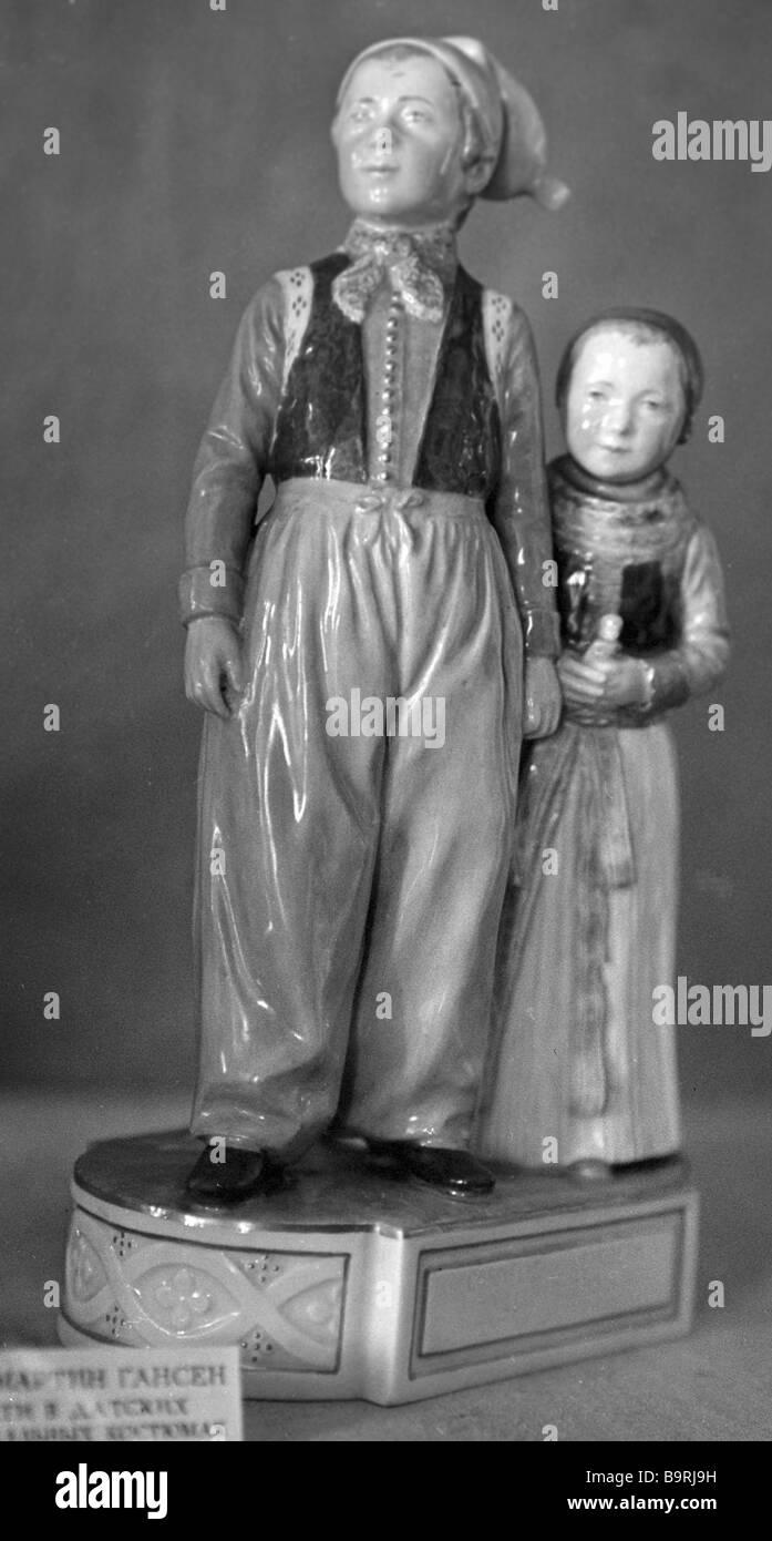 Los niños de figurillas de porcelana en trajes nacional danesa Copenhague fábrica de porcelana del siglo XIX del Estado Museo de Cerámica en Foto de stock