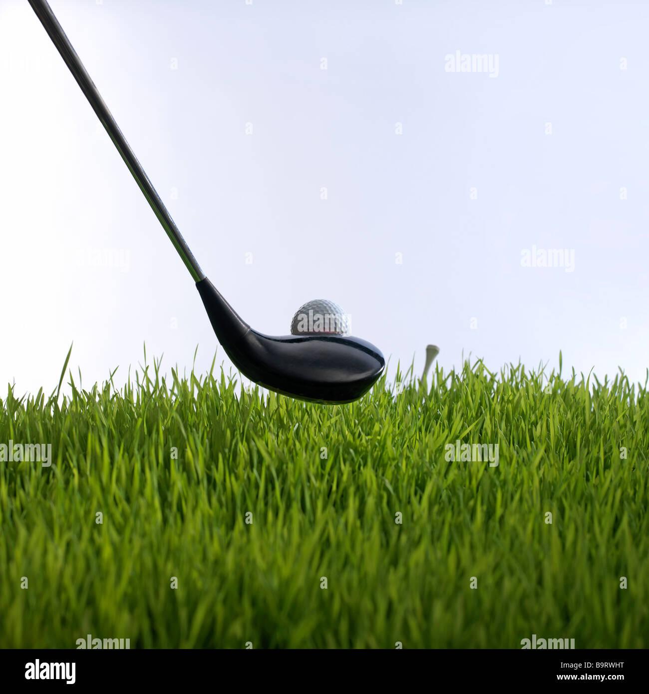Club de golf y bola de golf y tee en hierba Imagen De Stock