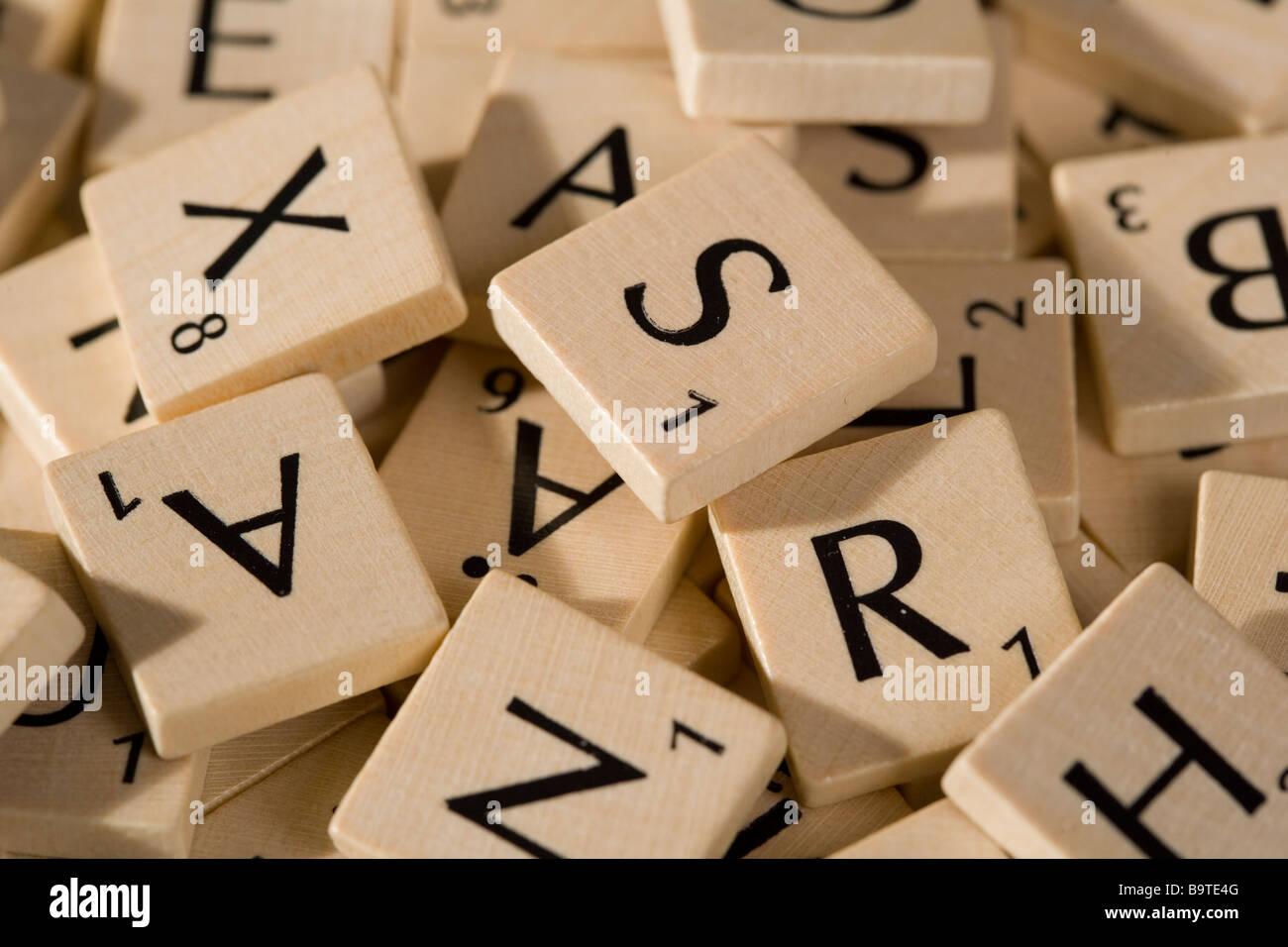 Scrabble trozos con numerosas cartas Imagen De Stock