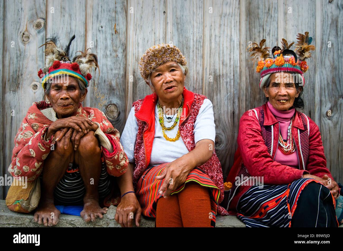 Los ancianos Ifugao vestidos a la manera tradicional en un mirador cerca de Banaue. Imagen De Stock