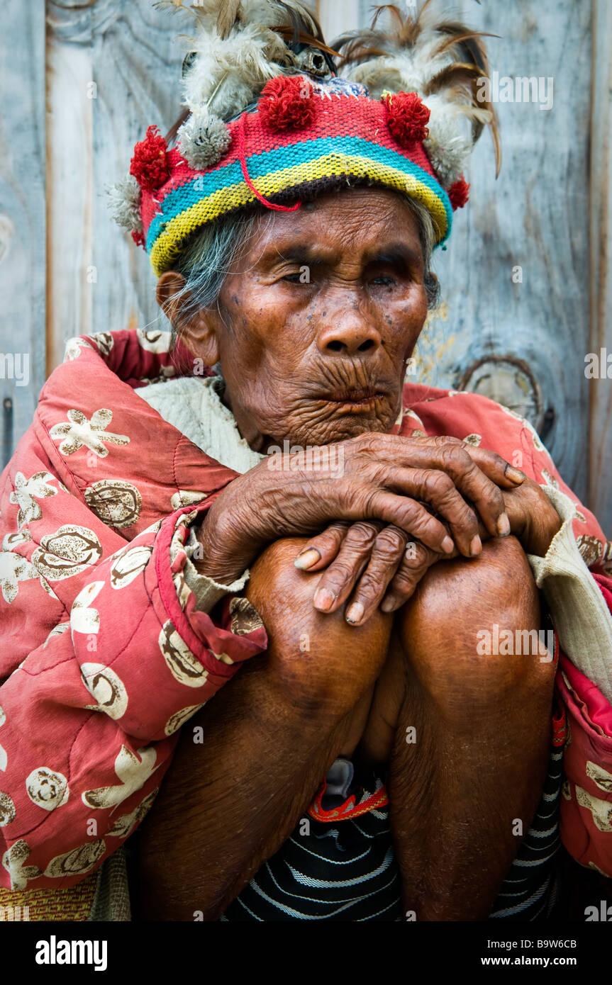 Anciano Ifugao vestidos a la manera tradicional en un mirador cerca de Banaue. Imagen De Stock