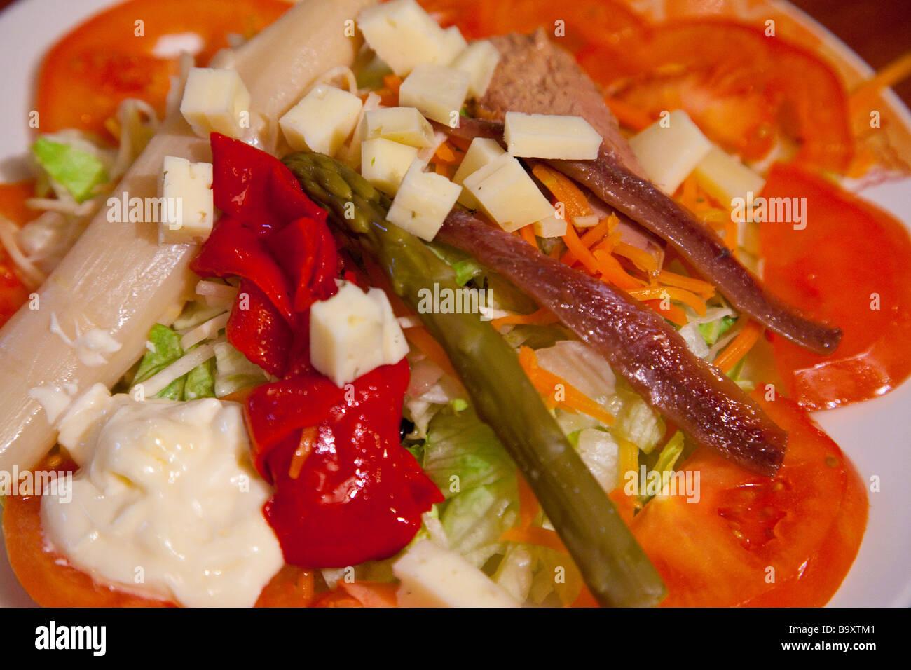 Tapa ensalada en Bodegas Castañeda en Granada España Imagen De Stock