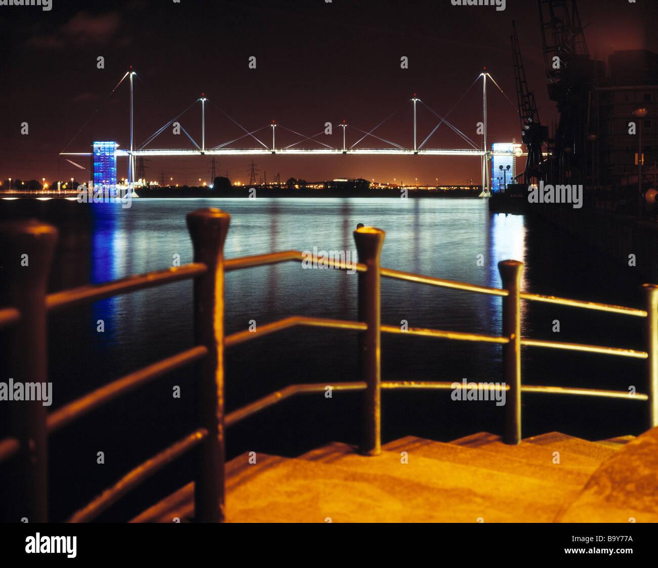 Los Docklands de Londres por la noche el tiempo Foto de stock