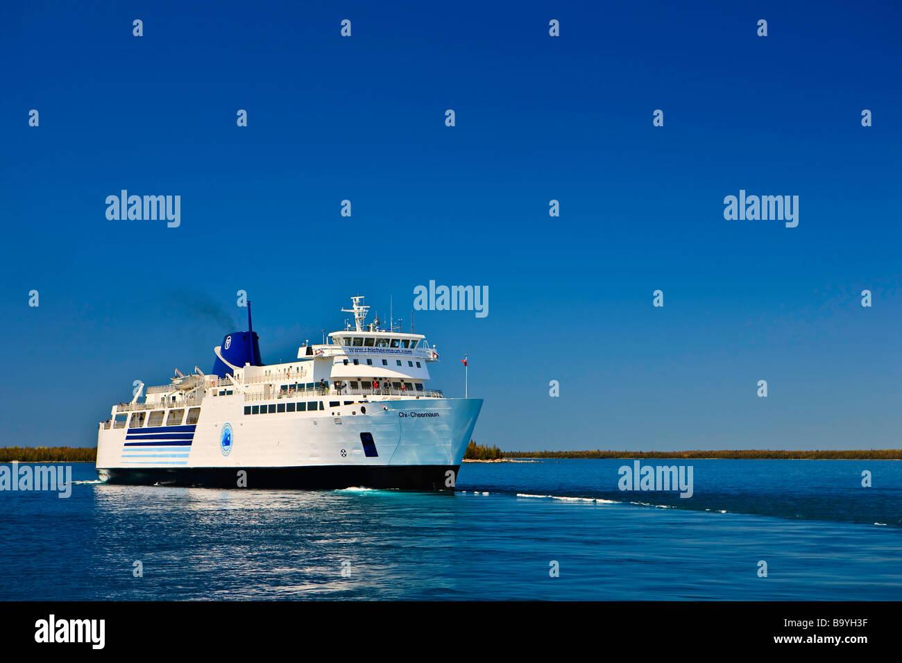 Chi-Cheemaun ferry de pasajeros y de vehículos que salgan Tobermory en la península de Bruce de la isla Manitoulin Foto de stock