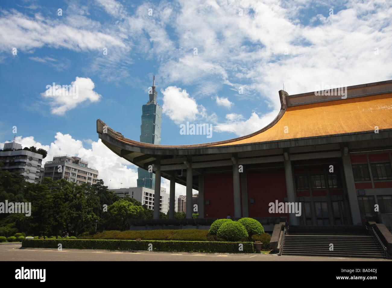Sun Yat Sen Memorial Hall con antecedentes en Taipei 101, Taipei, Taiwán. Imagen De Stock