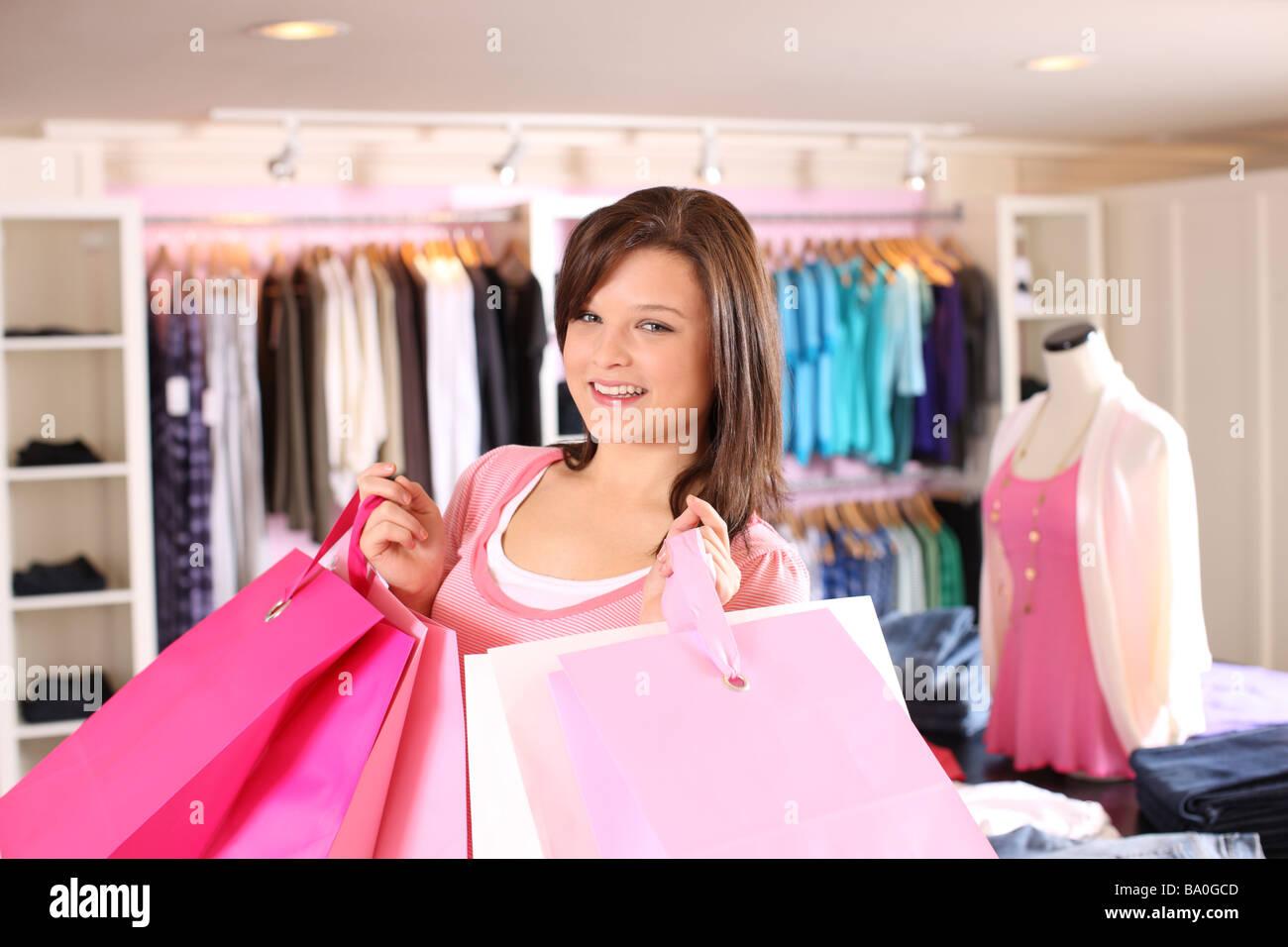 Teen shopper sosteniendo bolsas Foto de stock