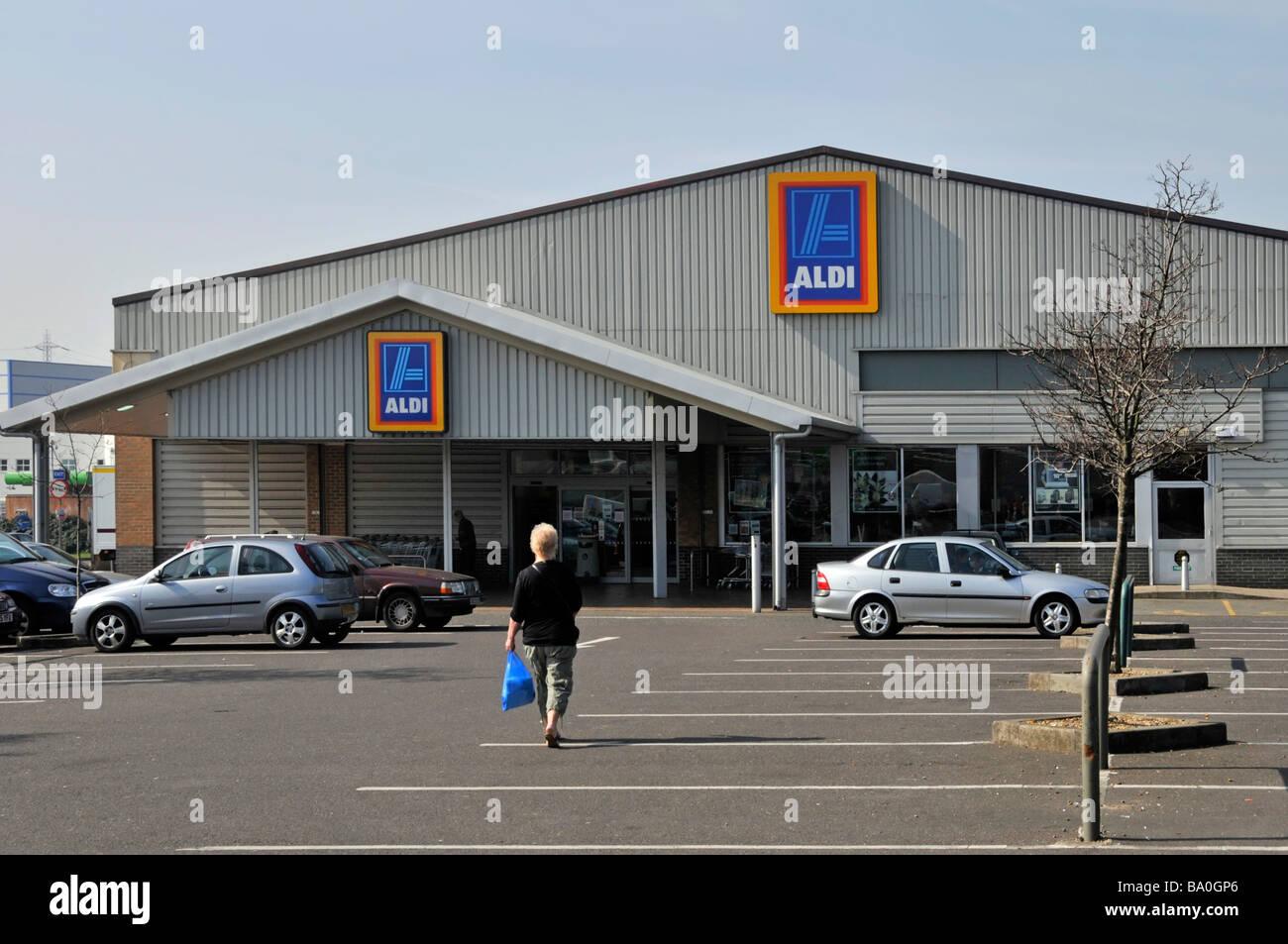 Supermercado ALDI almacenar y parte de amplio aparcamiento gratuito Imagen  De Stock e465c38c002f4