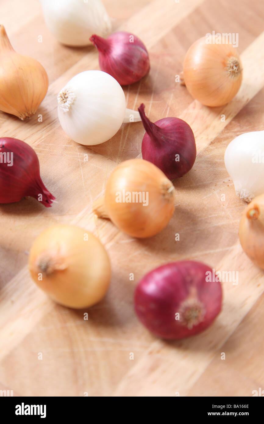 Cebollas perla sobre superficie de madera Imagen De Stock
