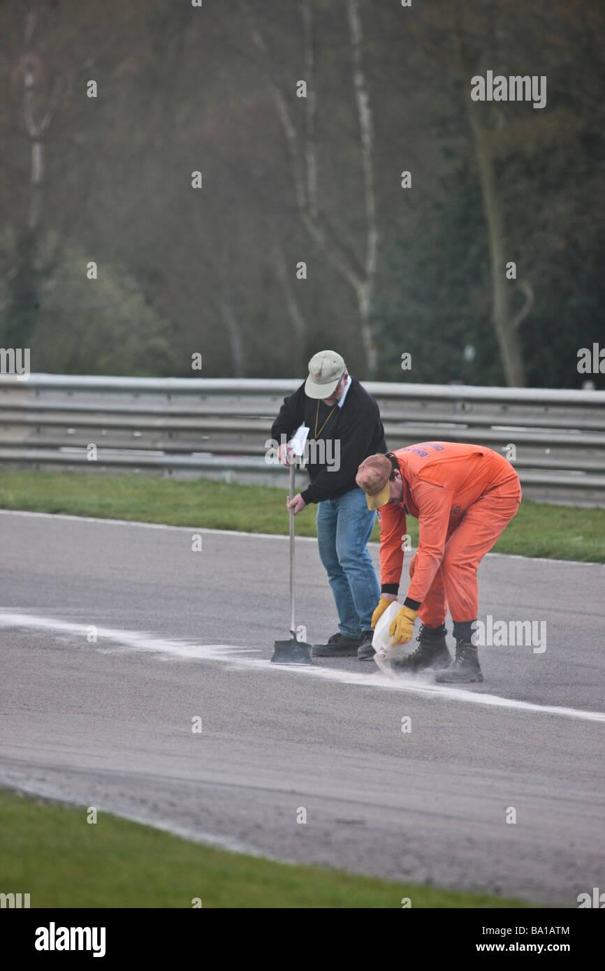 750 Motor club histórico del campeonato de Fórmula Junior polvo de yeso se aplica a la pista por marshalls Imagen De Stock