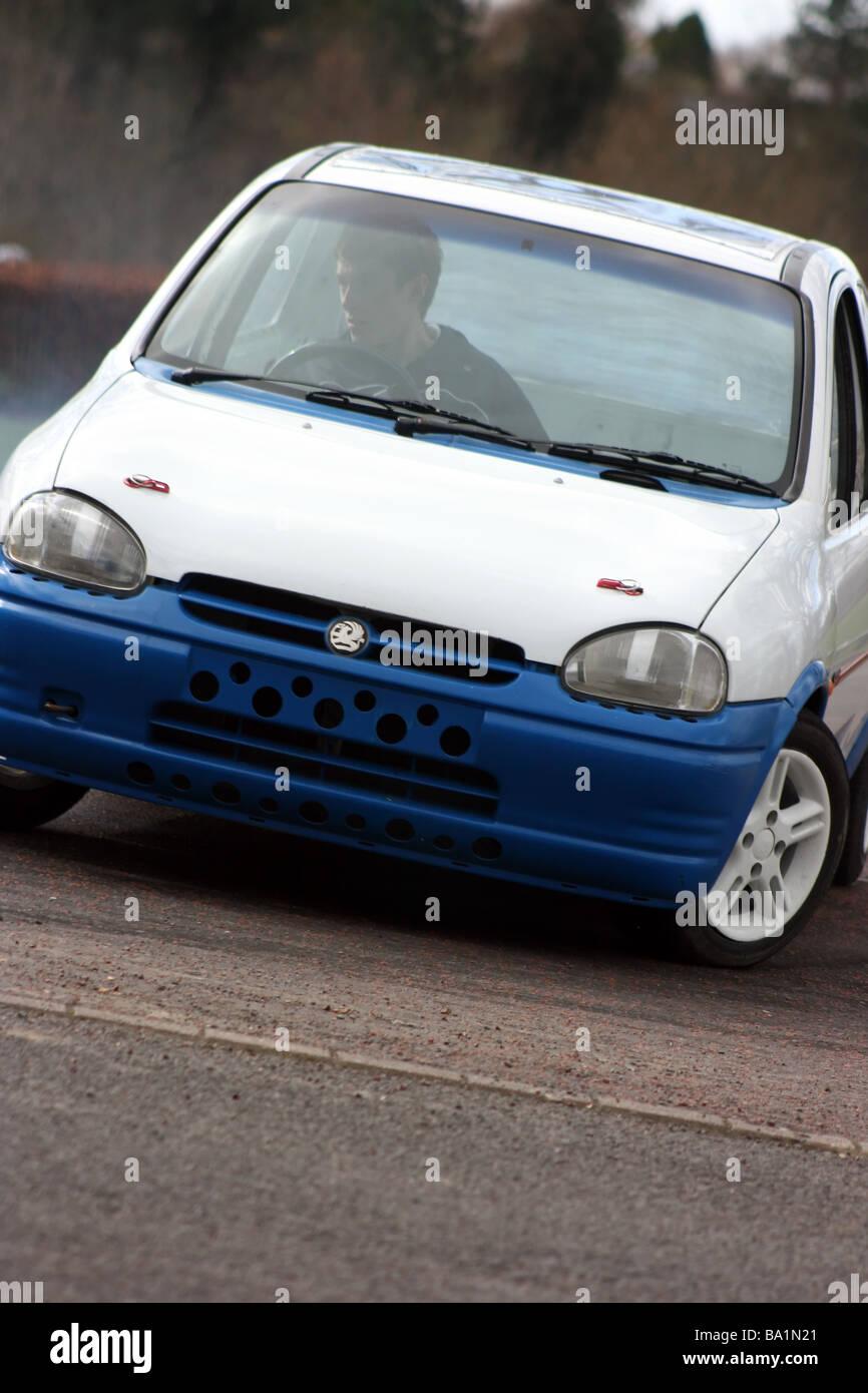 Vauxhall Corsa curvas a velocidad durante un evento en autotest Delamont Country Park, Condado de Down, Irlanda Imagen De Stock
