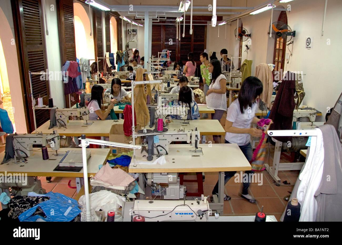 Los trabajadores de la costura en la fábrica de ropa Yaly en Hoi An Vietnam Imagen De Stock