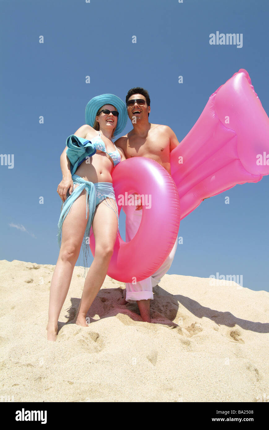 Mate jóvenes alegres trajes de baño colchón de aire piscina playa  neumáticos risas relación Imagen De eb5c4b3c8b7