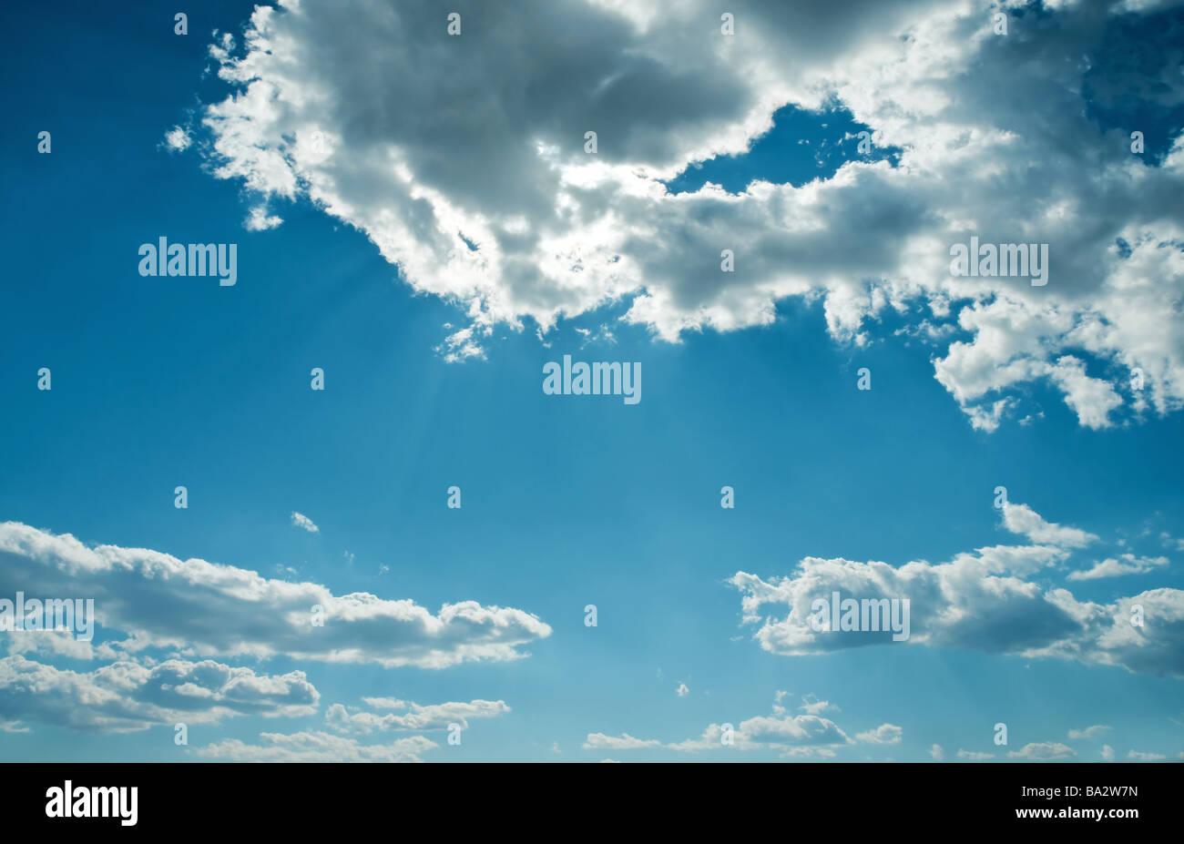 Cielos azules Foto de stock