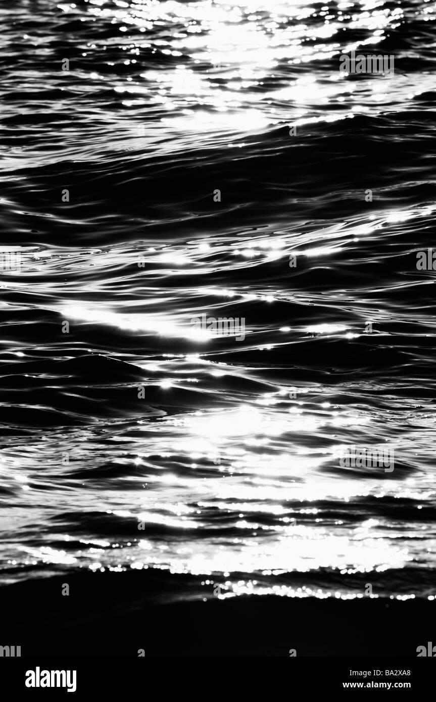 Atardecer sobre Delray Public Beach Florida con una ráfaga de sol dorado que se refleja sobre las olas del océano. Autopista A1A N OCEAN BLVD. Playas ecológicas y océanos biodiversos. Foto de stock