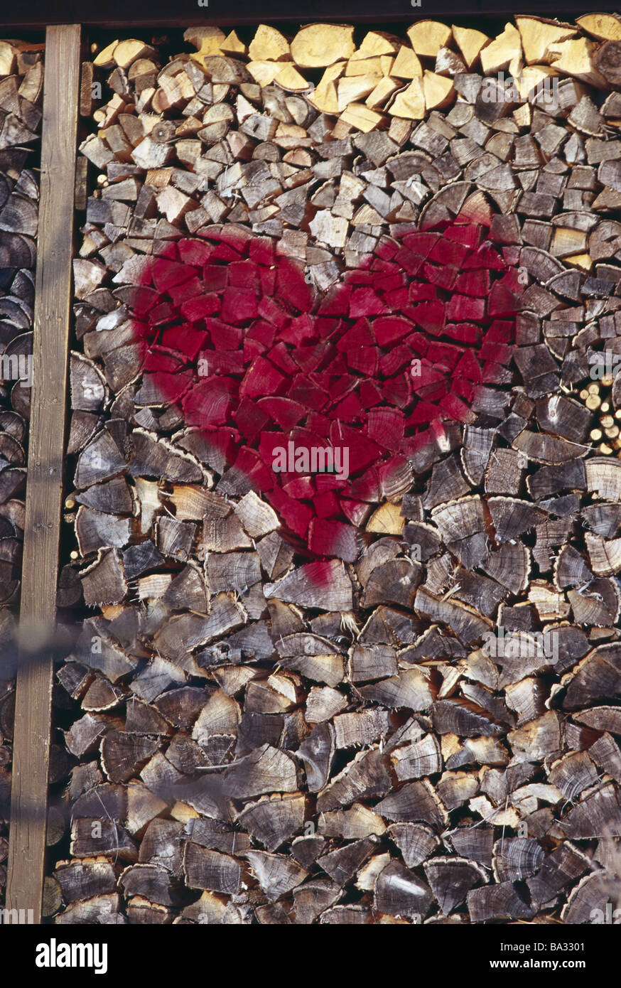 Detalle delantero Woodpiles corazón rojo madera aufgesprüht-push materia prima de energía alternativa LEÑA LEÑA LEÑA de madera registro registros Foto de stock