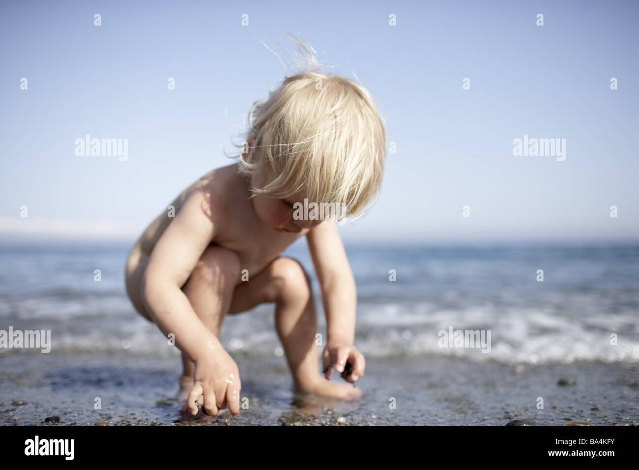 La Gente Juega Mar Playa De Arena Serie Desnudo Niño Niño Niña De 2