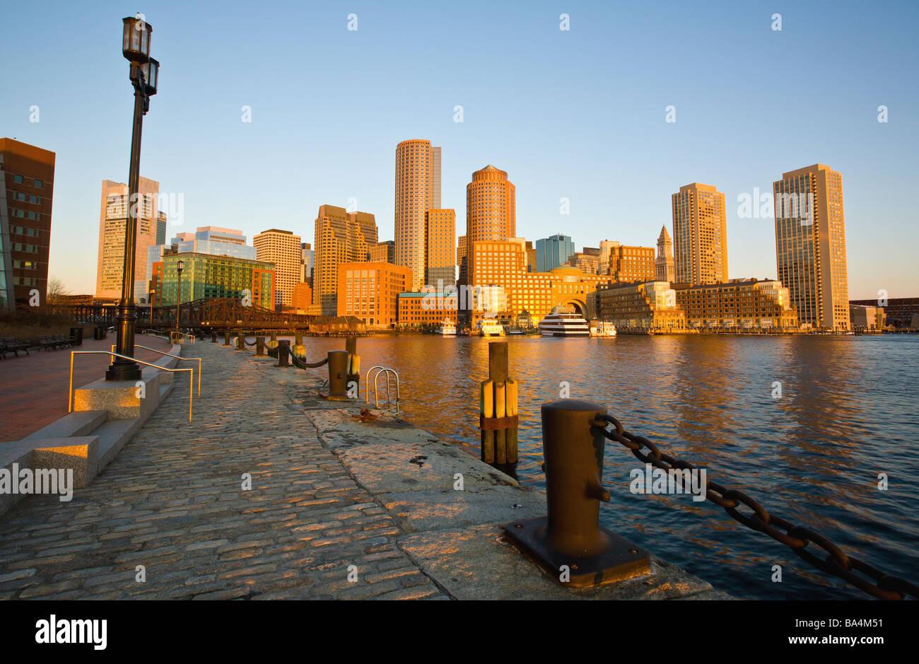 Horizonte de Boston Harbor y del paseo marítimo, al amanecer, el distrito financiero Foto de stock