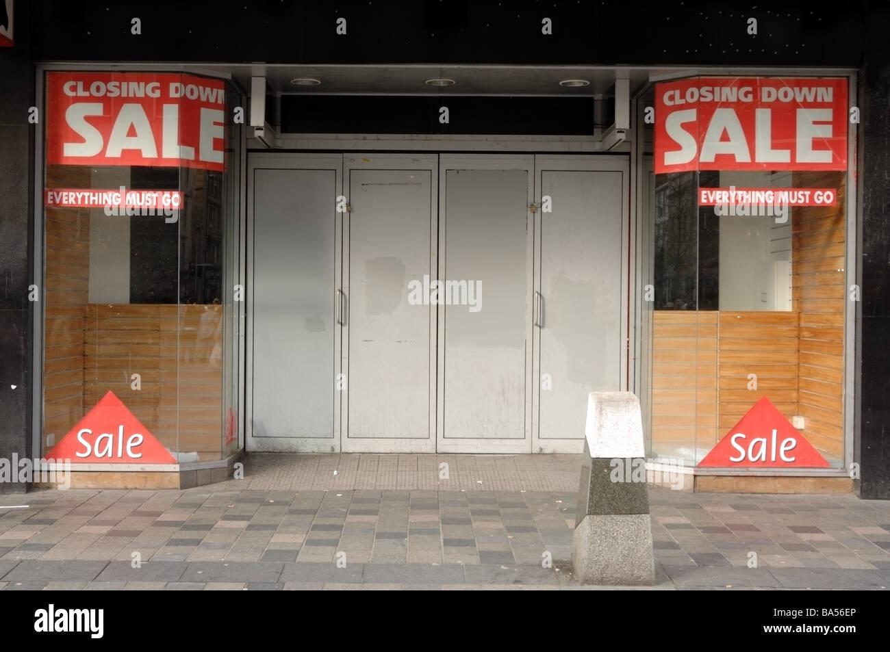 Fotografía de comercio minorista que ha cerrado debido a la recesión y la crisis crediticia. Se muestran señales de venta y precintadas. Foto de stock