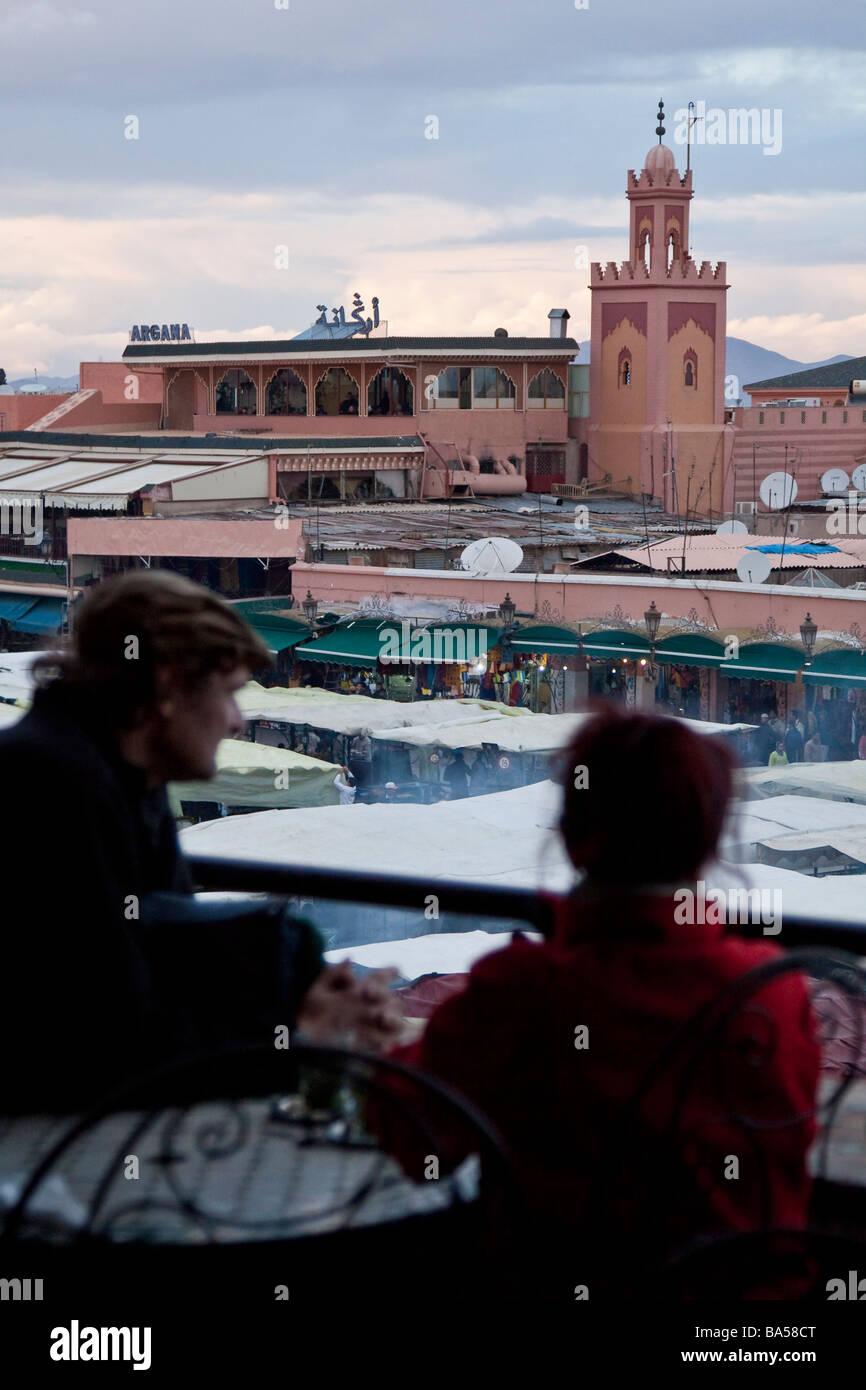 Los Turistas Relajarse Bebiendo Té De Menta Desde Un Café