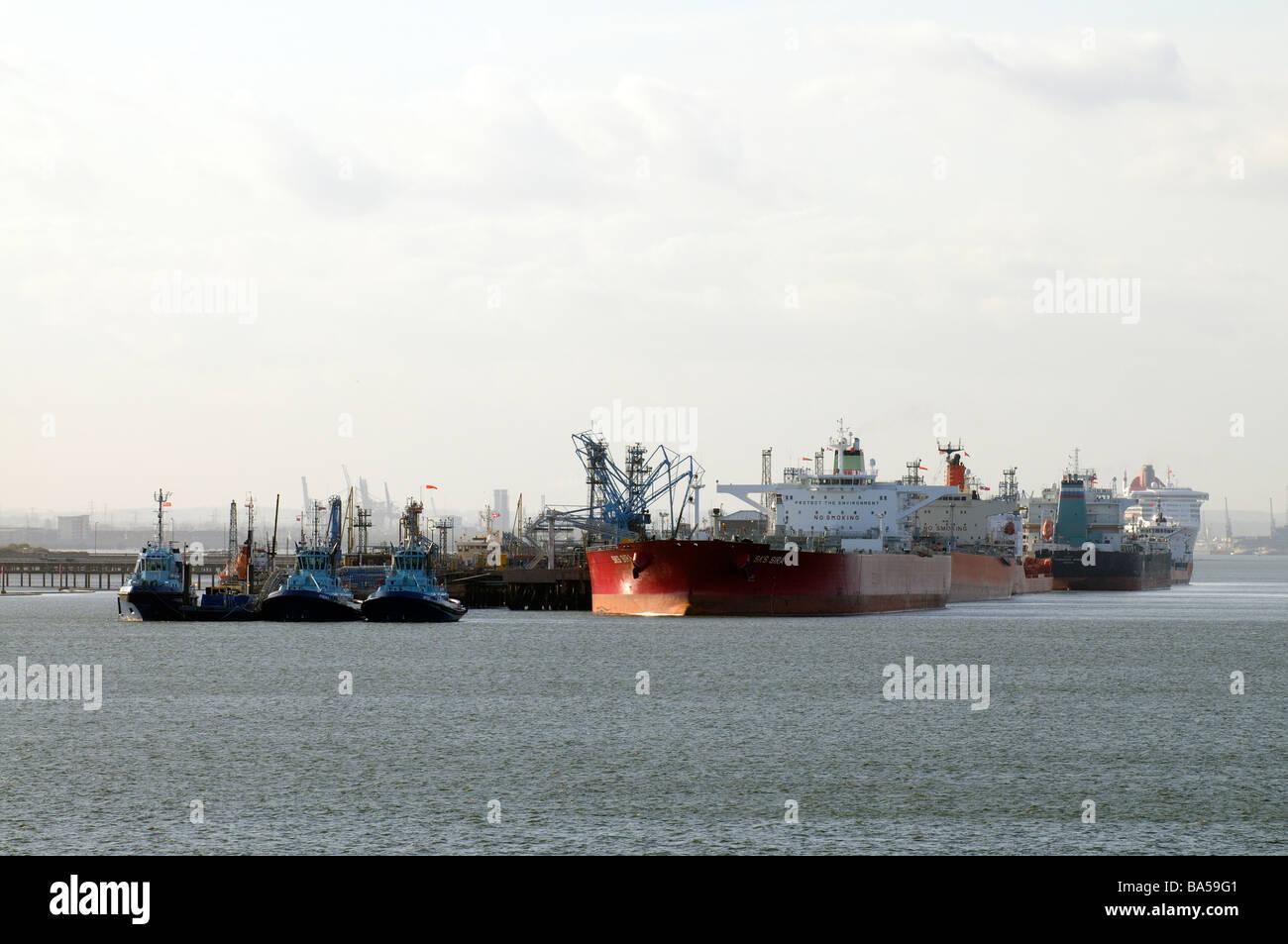 Buques cisterna para productos químicos y petróleo atracados en refinería de Fawley en Southampton agua Foto de stock