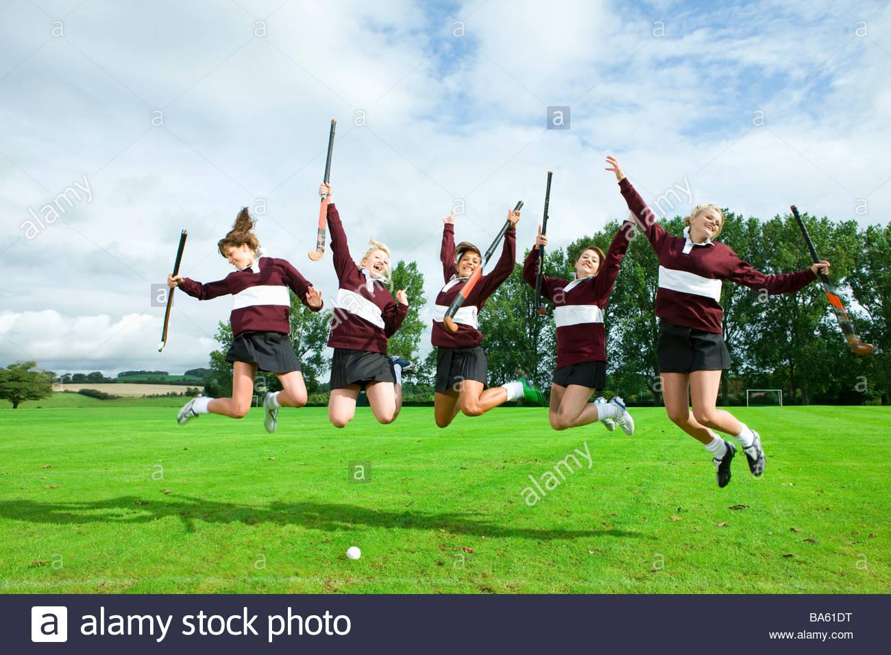 Adolescente hockey saltando en el campo Imagen De Stock