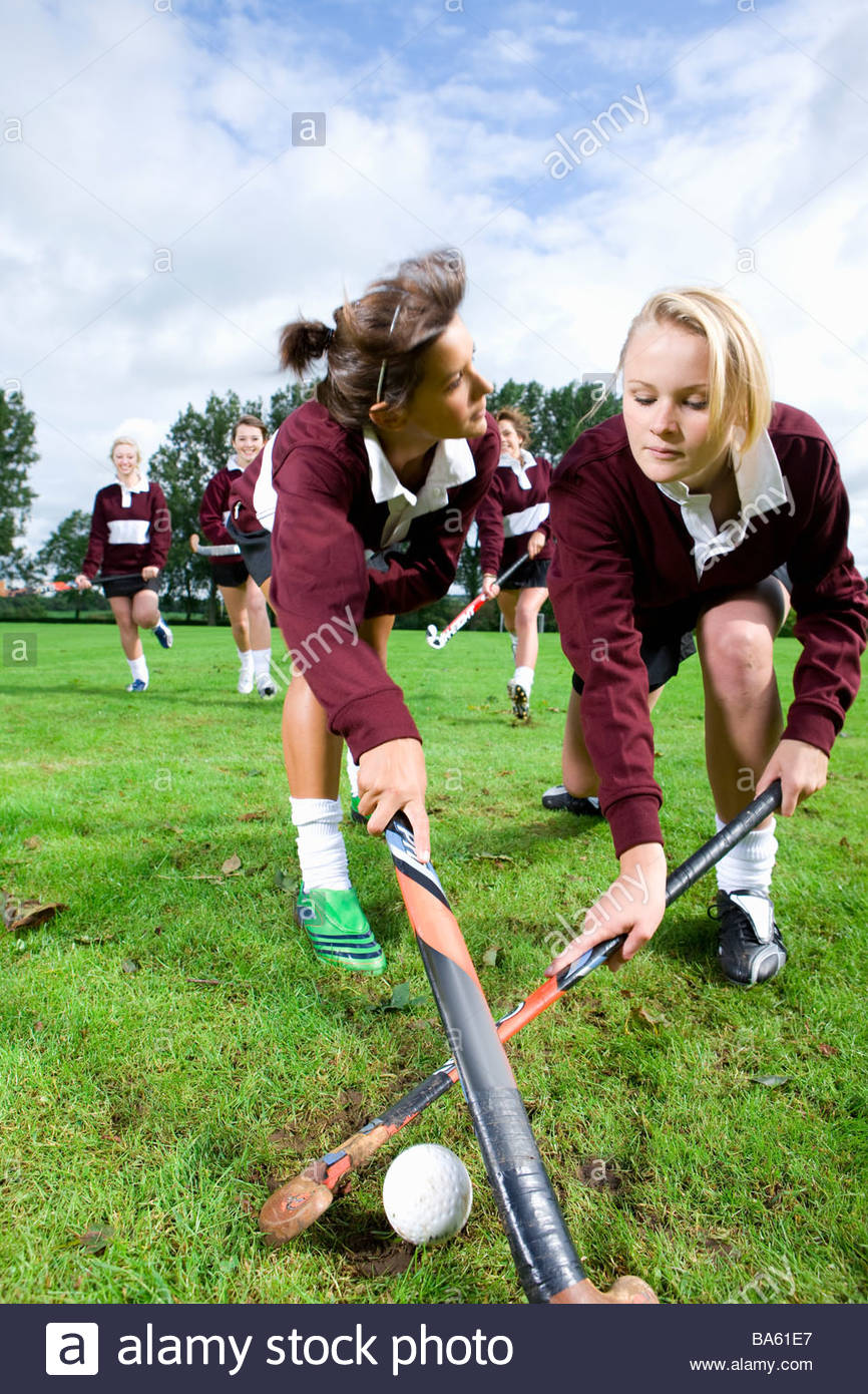 Las adolescentes jugando hockey sobre hierba Imagen De Stock