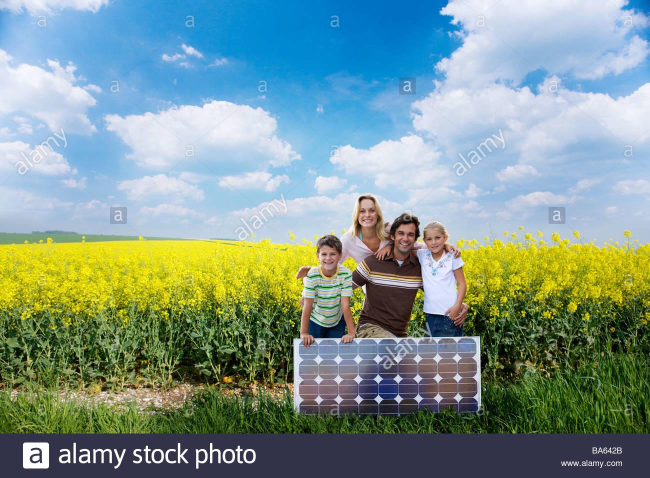 Familia posando con panel solar Imagen De Stock