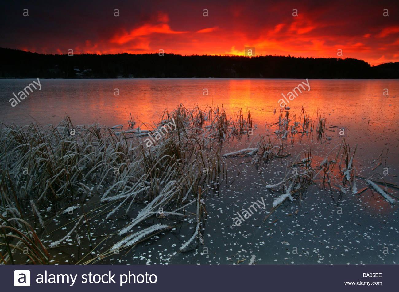 Amanecer en el lago Ravnsjø en Østfold Våler kommune, fylke, Noruega. Imagen De Stock