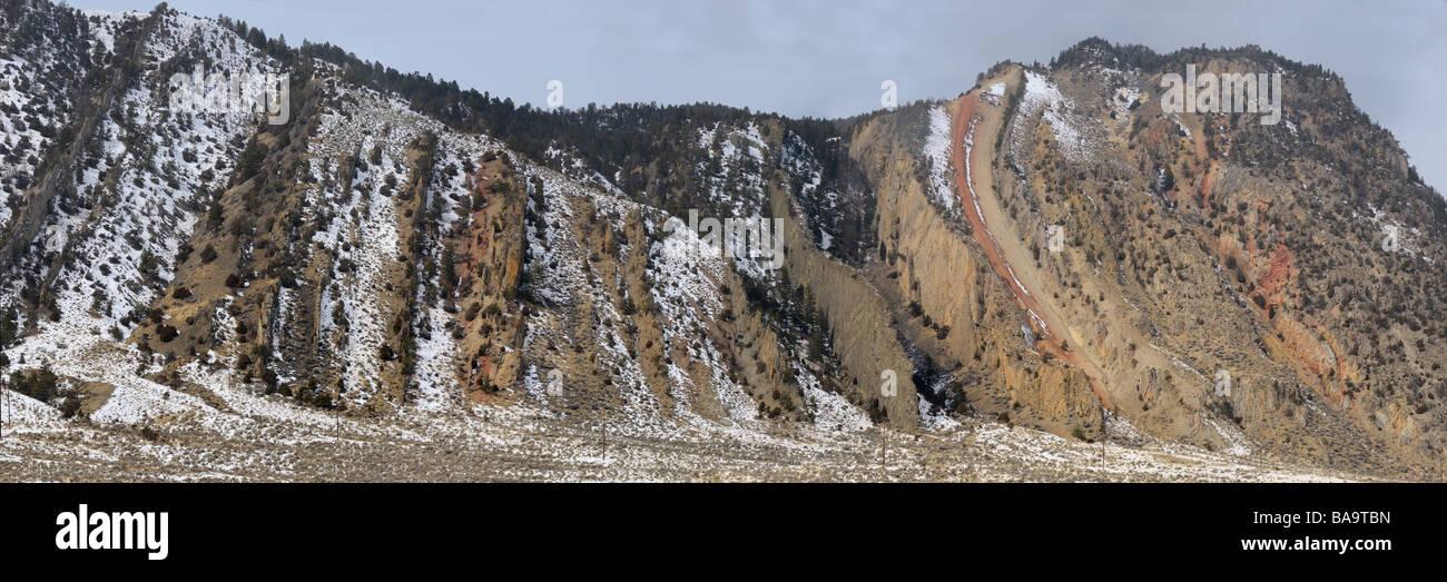 Panorama de rocas verticales de roca sedimentaria en demonios deslizar sobre la montaña de cinabrio del Viejo Imagen De Stock