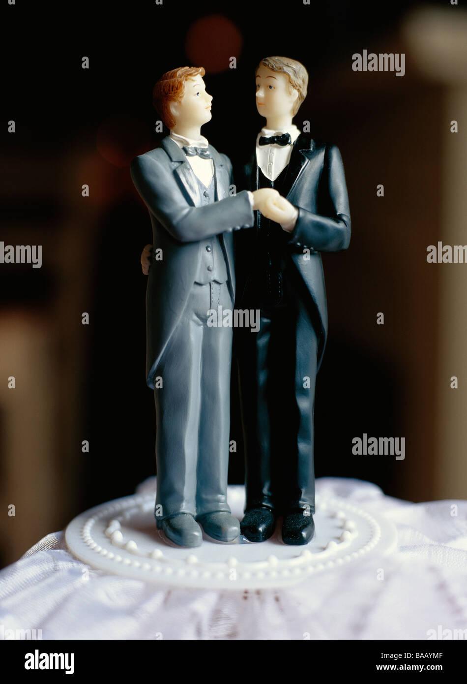 Una pareja nupcial gay en un pastel, Suecia. Foto de stock