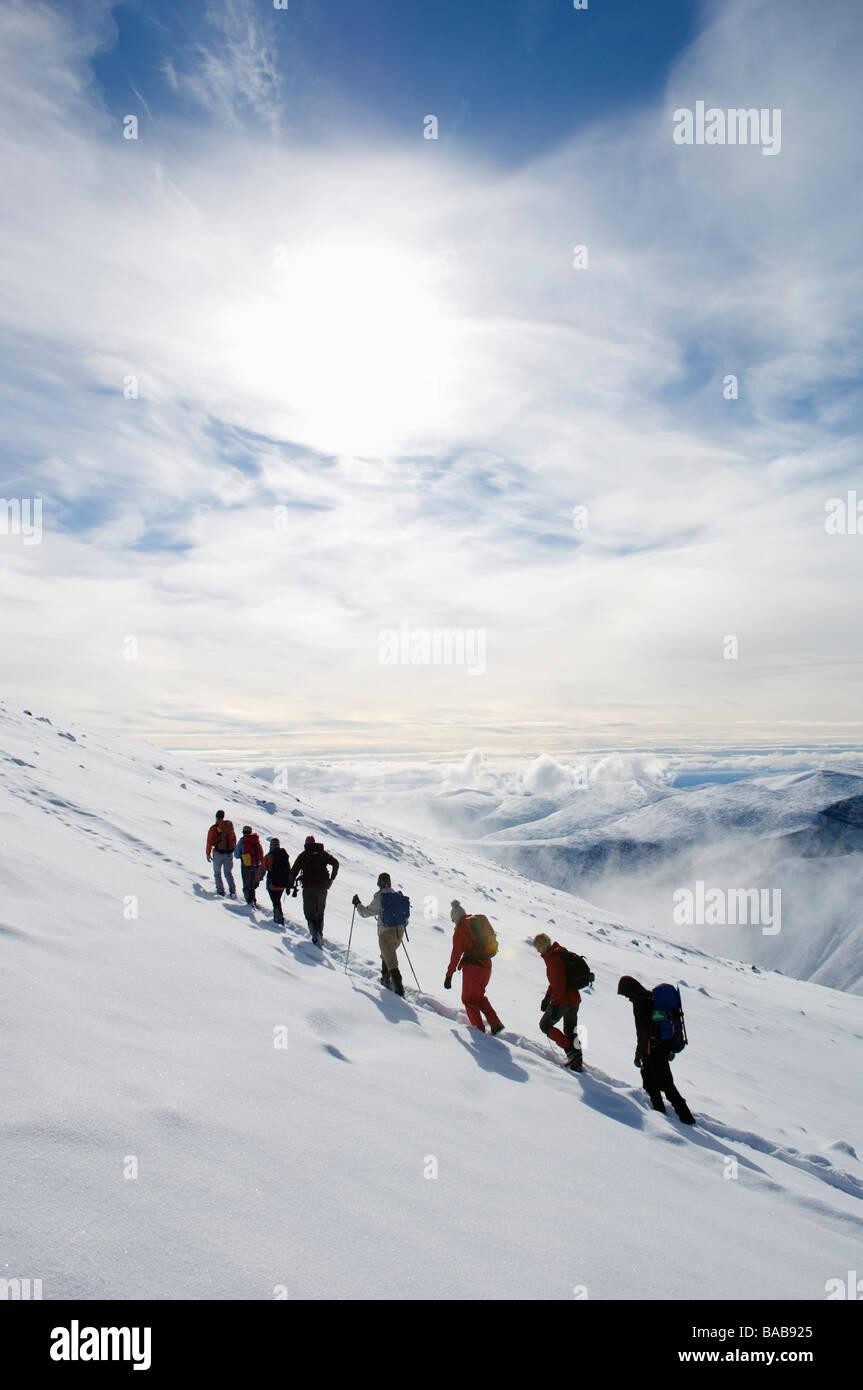 Un grupo de personas que escalan Kebnekaise Suecia. Imagen De Stock