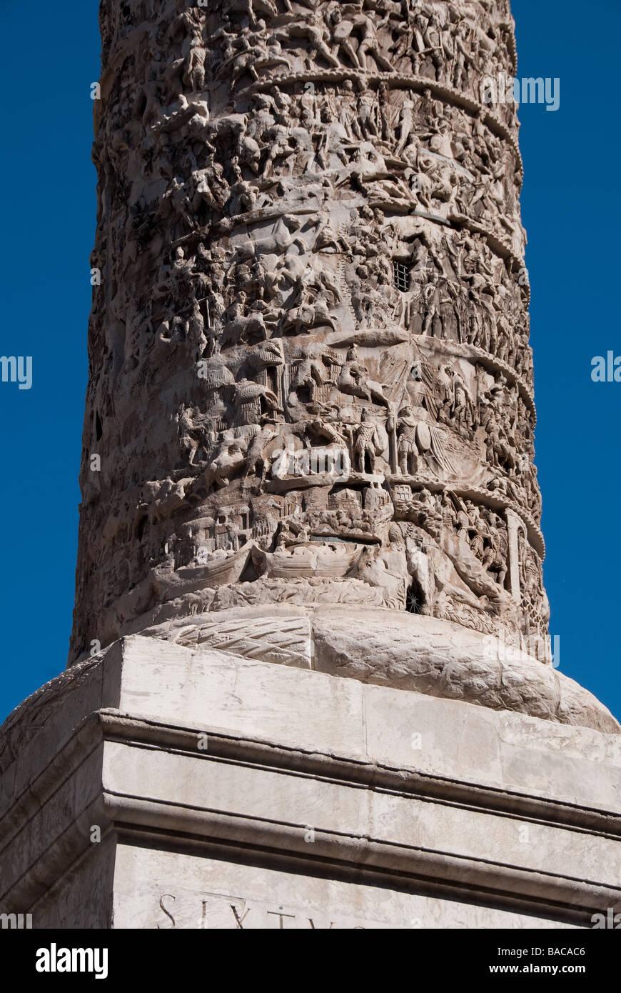 La columna de mármol de Marcus Aurelius, que ha permanecido en la Piazza Colonna Roma desde 193 CE Foto de stock