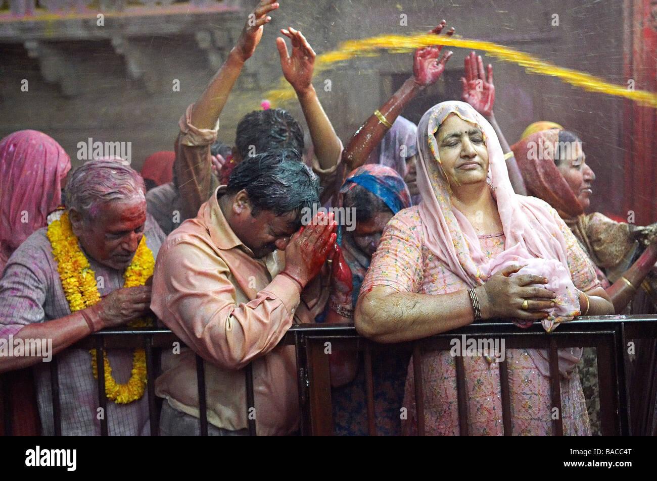 La India, Uttar Pradesh, templo dedicado al dios Krishna, Holi Festival, el color y la fiesta de la primavera Foto de stock