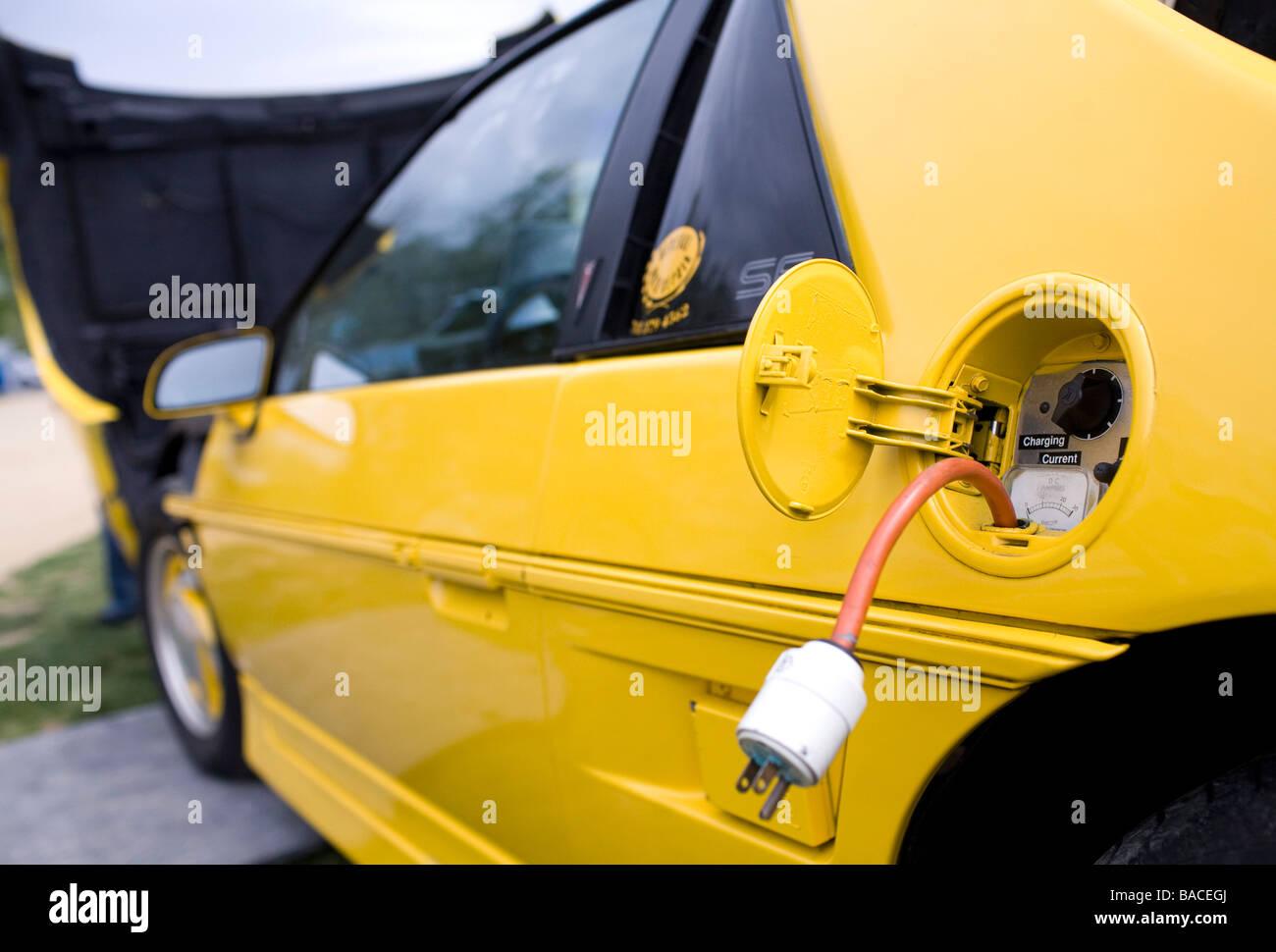 Un coche eléctrico convertido desde un coche quemado de combustible en la pantalla en el Mall Nacional como Imagen De Stock