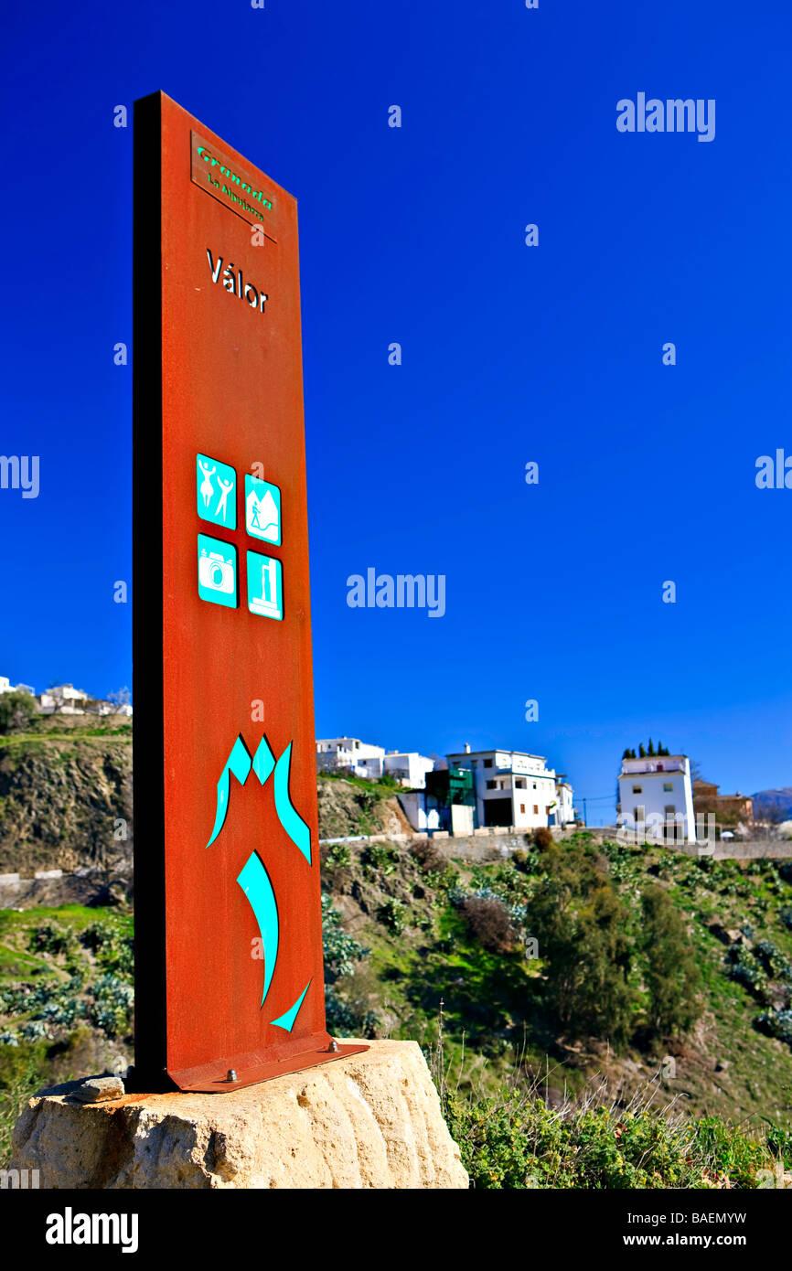 Cartel a la entrada de la ciudad de Valor,Las Alpujarras,en la periferia del Parque Natural de Sierra Nevada, provincia Foto de stock