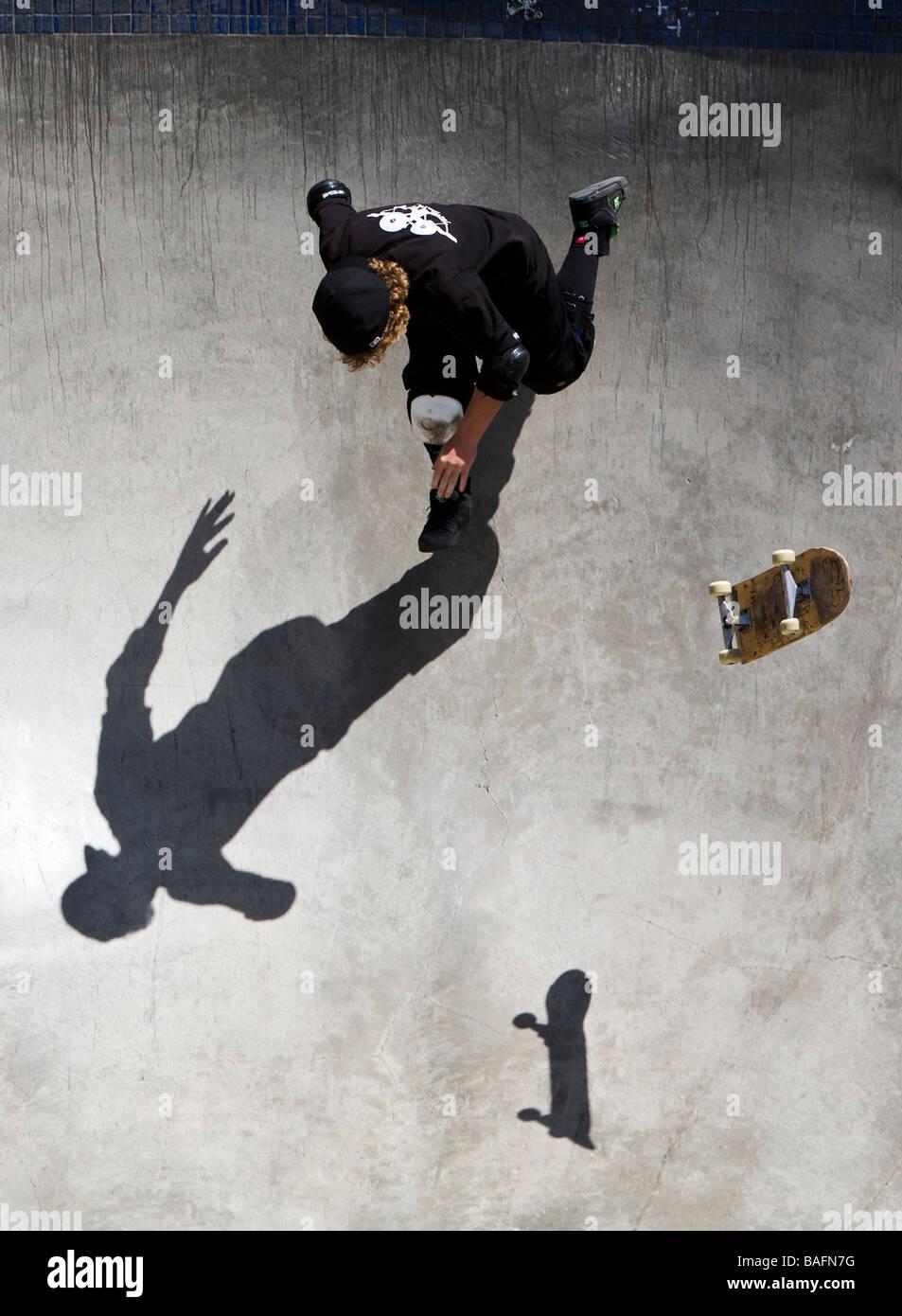 Skater haciendo trucos en Culver City Skate Park Culver City del Condado de Los Ángeles, California, Estados Imagen De Stock
