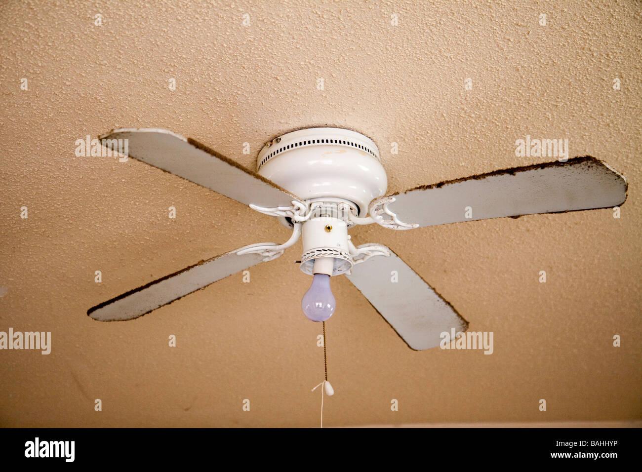 Ventilador de techo en mala forma a un usuario de drogas/vendedor de casa. Imagen De Stock