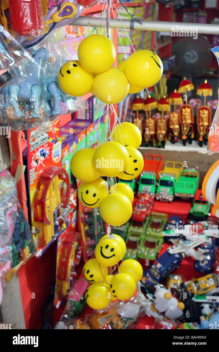 Montón de Smiley bolas colgando en la tienda para la venta Imagen De Stock 7afca1b97ae72