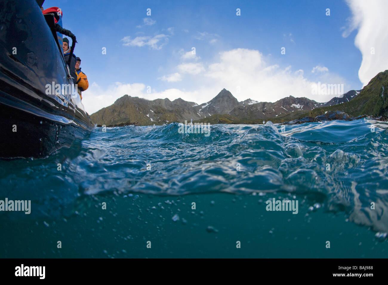 Sobre y bajo el agua fotografía de zodiac off Cooper Bay South Georgia la Antártida Imagen De Stock
